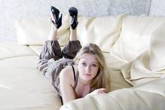 ensamt SAD teen för blond flicka Arkivbild