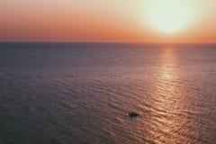 Ensamt skepp i havet royaltyfri fotografi