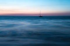 Ensamt skepp ut till havet Royaltyfri Bild