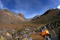 Ensamt tält på berg Royaltyfria Foton