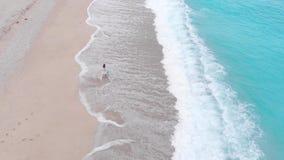 Ensamt ta för kvinna går på den tropiska sandiga stranden lager videofilmer