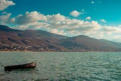 Ensamt träfartyg i Ohrid sjön på solig dag royaltyfria bilder