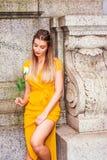 Ensamt ungt östligt - europeisk amerikansk flicka som missa dig i nytt Y arkivfoto