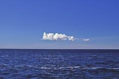 Ensamt vitt moln över vatten Royaltyfria Foton