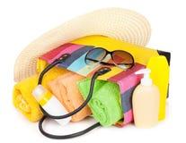 Ensaque com artigos de toalhas, de óculos de sol, de chapéu e de praia Fotografia de Stock