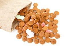 Ensaque com os doces holandeses típicos: pepernoten Imagem de Stock Royalty Free