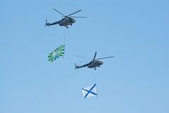 Ensayo del desfile de la victoria: Mi-8 con los indicadores Imagen de archivo libre de regalías