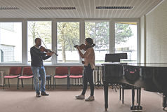 Enseñando a cómo tocar el violín Fotografía de archivo libre de regalías