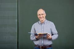 Enseñanza amistosa del profesor de sexo masculino fotos de archivo