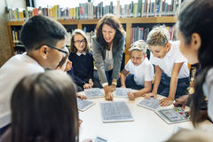 Enseñanza estudiando la biblioteca que aprende concepto del conocimiento Imagen de archivo libre de regalías