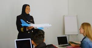 Enseñanza experimental femenina sobre el avión modelo a los niños 4k almacen de video