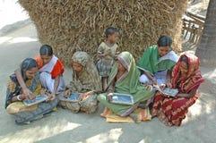 Enseñanza para adultos en la India rural Fotos de archivo