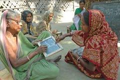 Enseñanza para adultos en la India rural Foto de archivo