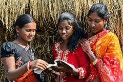 Enseñanza para adultos en la India rural Imagen de archivo libre de regalías