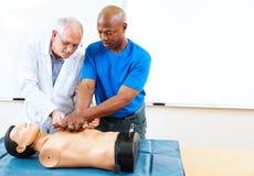 Enseñanza para adultos - entrenamiento de los primeros auxilios fotos de archivo