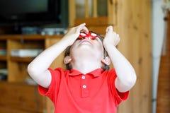 Enseñe al niño que juega con el tri hilandero de la mano de la persona agitada dentro Fotografía de archivo libre de regalías