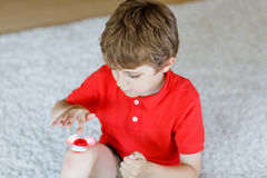 Enseñe al niño que juega con el tri hilandero de la mano de la persona agitada dentro Fotos de archivo libres de regalías