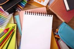 Enseñe el escritorio con el cuaderno de notas en blanco o el libro de la escritura, copia el espacio Fotos de archivo