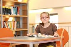 Enseñe a la muchacha en biblioteca Fotografía de archivo libre de regalías