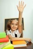 Enseñe a la muchacha lista para contestar para la pregunta del profesor Foto de archivo libre de regalías