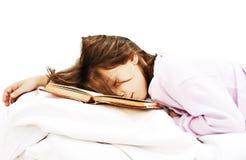 Enseñe a la muchacha que lee un libro en su cama Fotografía de archivo libre de regalías