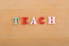ENSEÑE a la palabra en el fondo de madera compuesto de letras de madera del ABC del bloque colorido del alfabeto, copie el espaci Foto de archivo