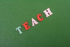 ENSEÑE a la palabra en el fondo verde compuesto de letras de madera del ABC del bloque colorido del alfabeto, copie el espacio pa Fotos de archivo libres de regalías