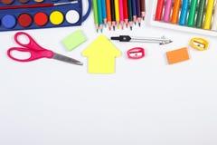 Enseñe los accesorios en el fondo blanco, de nuevo a concepto de la escuela, espacio de la copia para el texto Imagen de archivo libre de regalías