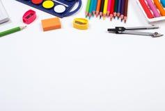 Enseñe los accesorios en el fondo blanco, de nuevo a concepto de la escuela, espacio de la copia para el texto Imágenes de archivo libres de regalías