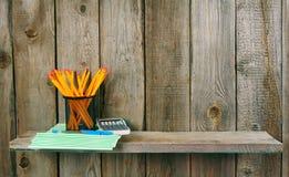 Enseñe los accesorios En fondo de madera Fotos de archivo libres de regalías