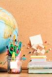 Enseñe los accesorios en la mesa con el tablón de anuncios en blanco en el backgro Fotografía de archivo libre de regalías