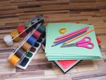 Enseñe los accesorios en la tabla de madera/fuentes de escuela coloridas De nuevo a concepto de la escuela Imagen de archivo libre de regalías