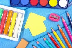 Enseñe los accesorios en tableros azules, de nuevo a concepto de la escuela Fotografía de archivo libre de regalías