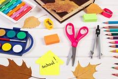 Enseñe los accesorios, la forma del edificio y las hojas otoñales en los tableros blancos Foto de archivo libre de regalías