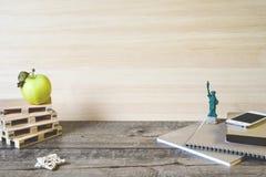 Enseñe los cuadernos, los lápices y otros artículos en fondo de madera imágenes de archivo libres de regalías
