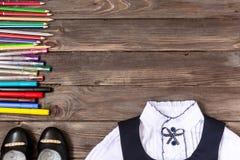 Enseñe los efectos de escritorio, la escuela de la ropa en fondo de madera con el lugar para su texto o la publicidad papel La vi foto de archivo libre de regalías