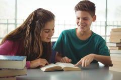 Enseñe los libros de lectura de los niños en biblioteca en la escuela Fotos de archivo