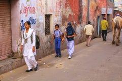 Enseñe a los niños que caminan en la calle en la vecindad de Taj Ganj del AG Fotografía de archivo libre de regalías