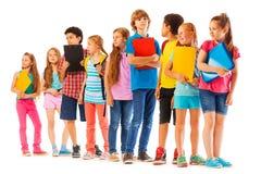 Enseñe a los niños que se colocan en la línea con los libros imágenes de archivo libres de regalías