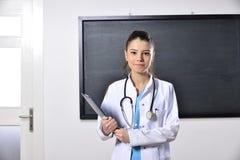 Enseñanza femenina de la mujer del doctor en la Facultad de Medicina Foto de archivo