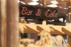 Enseigne au néon au-dessus de l'entrée à la barre et au café. Photo libre de droits