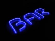 Enseigne au néon bleu de barre sur le fond noir Photos libres de droits