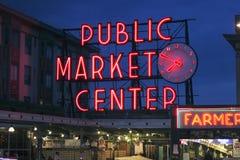 Enseigne au néon de centre de marché public et marché d'agriculteurs Image libre de droits