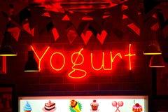 Enseigne au néon de clignotant de yaourt Photographie stock libre de droits