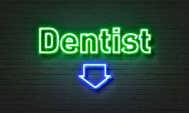 Enseigne au néon de dentiste sur le fond de mur de briques photo libre de droits