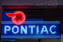 Enseigne au néon de marchand d'automobile de Pontiac de vintage Photos stock