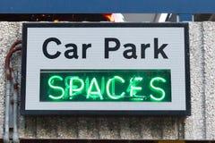 Enseigne au néon de parking Photo stock
