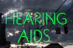 Enseigne au néon de prothèses auditives Photographie stock