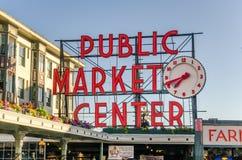 Enseigne au néon du marché de place de Pike au coucher du soleil Photo stock