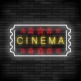 Enseigne au néon léger de cinéma sur le fond de brique Enseigne colorée par film Bannière lumineuse de rue Photographie stock libre de droits